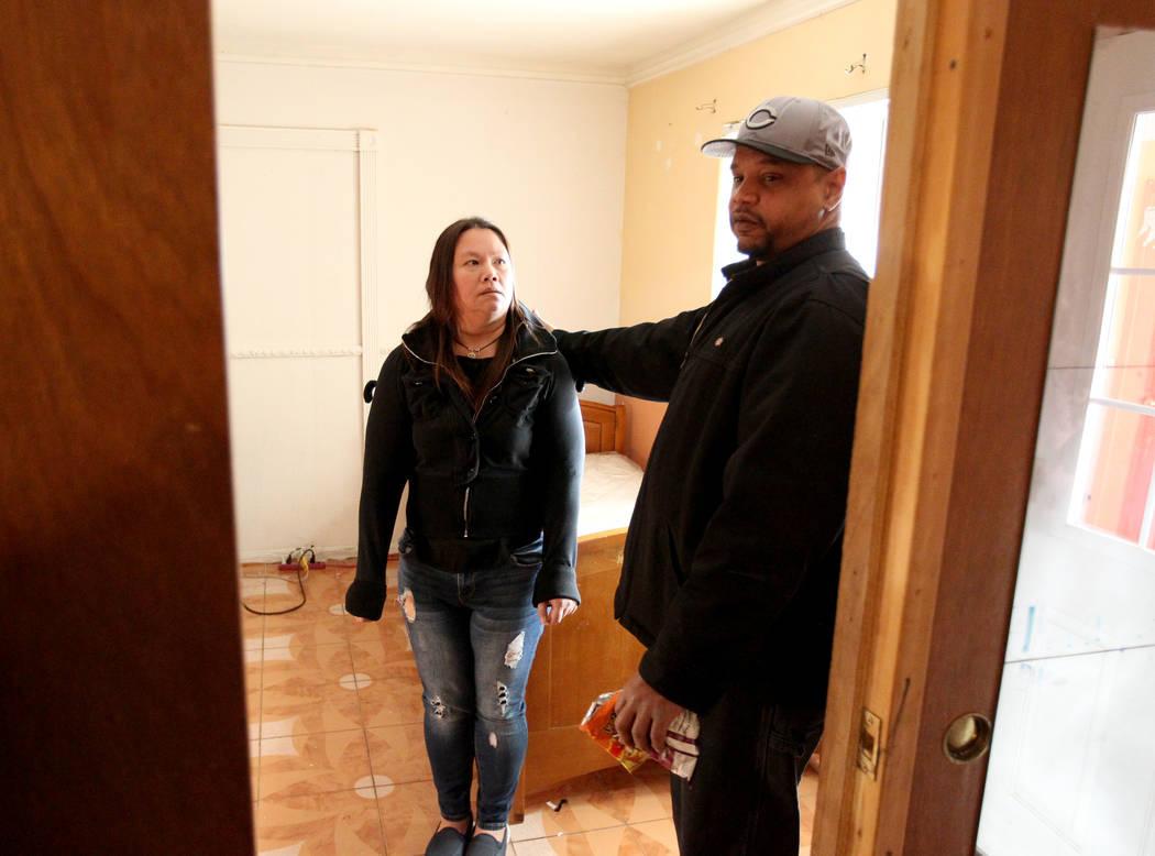 Jersharo Amey, 45, derecha, y Treva Lee, 44, hablan el 19 de febrero de 2018 sobre encontrar a Rayshauna Roy muerta en su habitación. Acababa de ser liberada del Hospital North Vista después de  ...