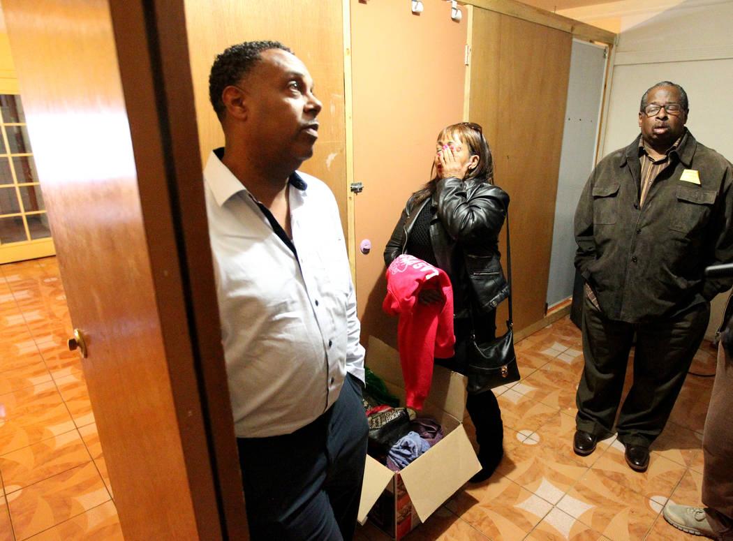 Treva Lee, derecha, y Jersharo Amey, segundo desde la derecha, hablan el miércoles 21 de febrero de 2018 a la familia de Rayshauna Roy, de la izquierda, el padre Tony Wright, la madre Netshield R ...