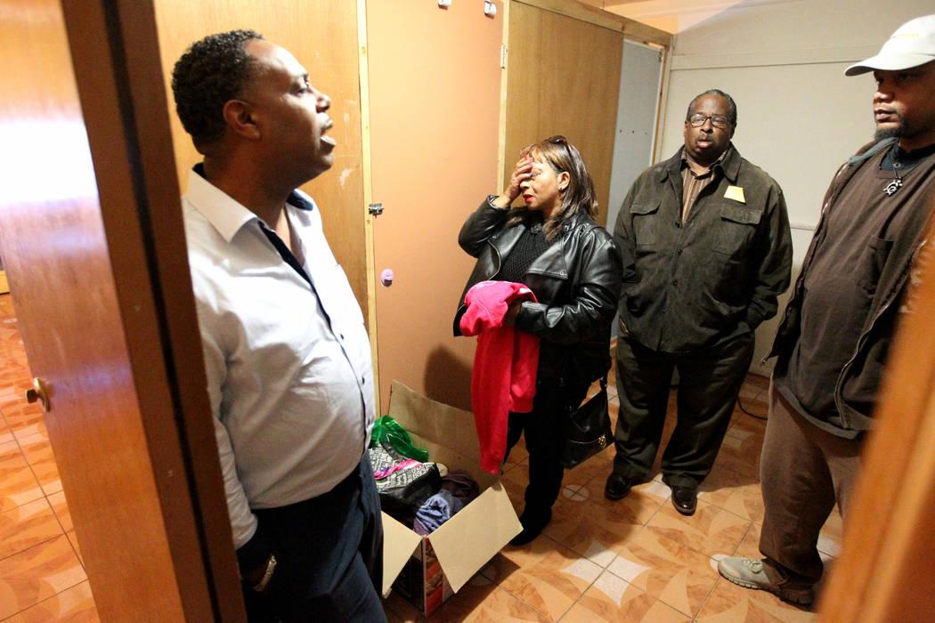 Jersharo Amey, derecha, habla el miércoles 21 de febrero de 2018 a la familia de Rayshauna Roy, de la izquierda, padre Tony Wright, madre Netshield Roy y tío Dwayne McCarther, en su habitación  ...
