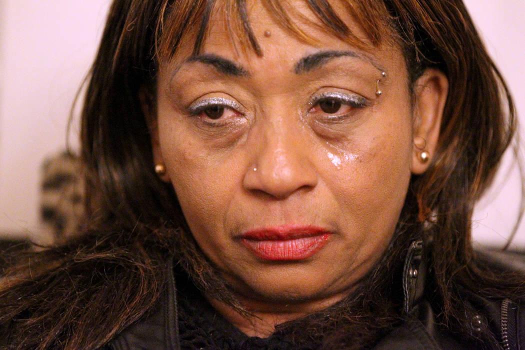 """Netshield Roy, madre de Rayshauna Roy, habla con un reportero el miércoles 21 de febrero en su casa de Las Vegas. Rayshauna Roy fue encontrada muerta en su habitación de una casa de """"vida indepe ..."""