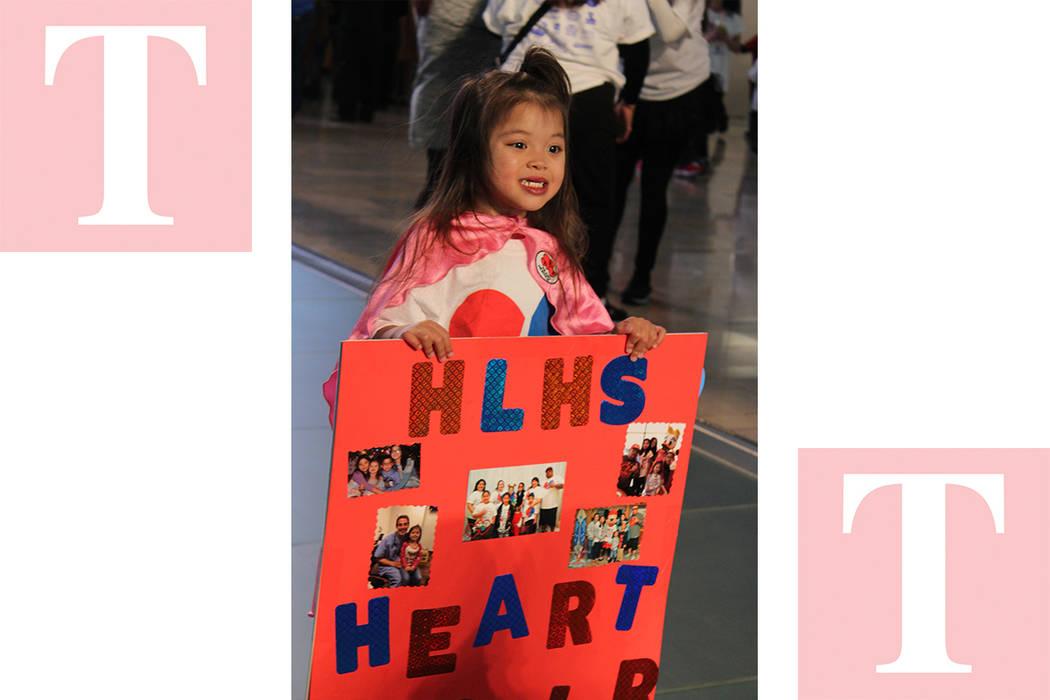 Niños y adultos llevaron pancartas en apoyo a esta iniciativa. Sábado 24 de febrero de 2018 en Fashion Show Mall. Foto Cristian De la Rosa / El Tiempo - Contribuidor.