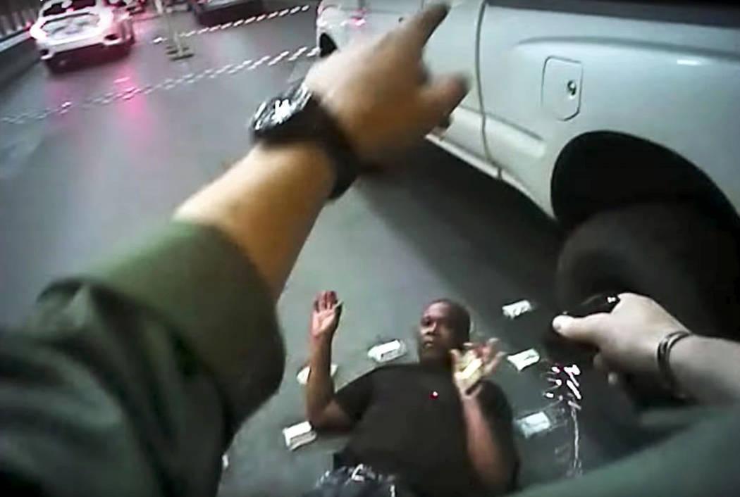 Las imágenes de la cámara del cuerpo de la Policía Metropolitana muestran a Tashii Brown aturdido con un Taser antes de su muerte el 14 de mayo de 2017 en Las Vegas. Brown murió bajo custodia  ...