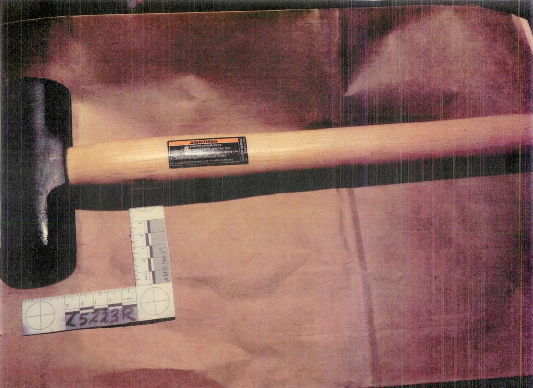El martillo el cual la policía afirma que fue utilizado en un ataque contra un maniquí. (Departamento de Policía Metropolitana de Las Vegas)