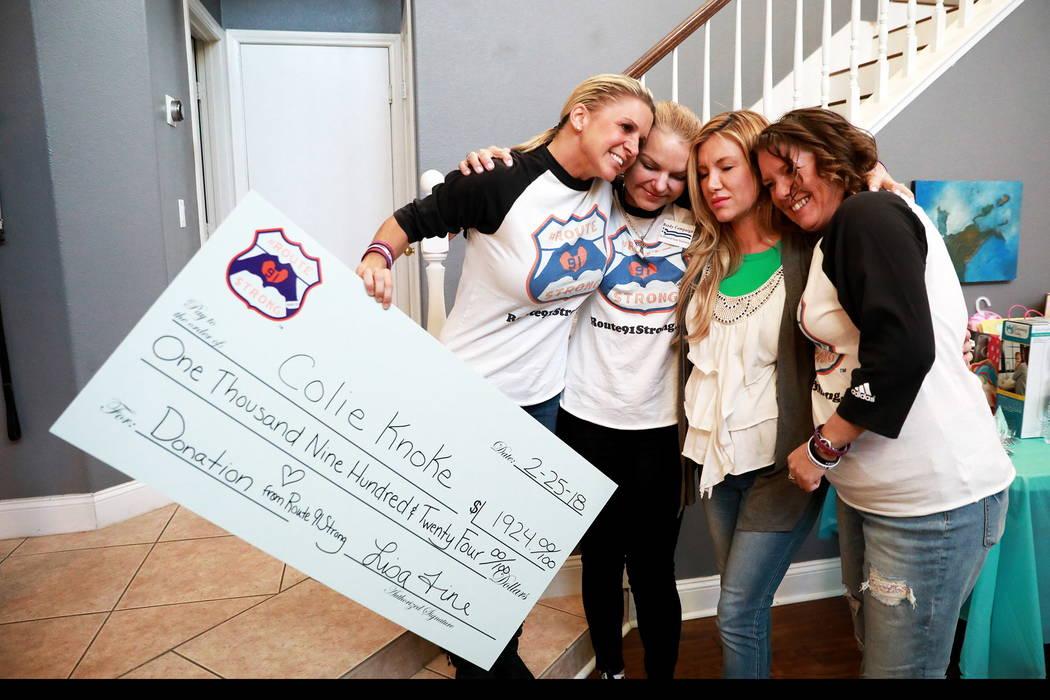 Desde la izquierda, supervivientes del tiroteo del 1 de Oct. Lisa Fine, Christine Caria, Colie Knoke y Jennifer Holub se abrazan después de que Knoke recibiera un cheque de Route91Strong en Las V ...