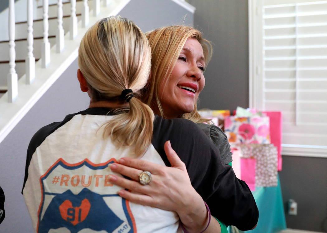 Lisa Fine, sobreviviente de Route 91 y fundadora de Route 91 Strong, izquierda, abraza a Colie Knoke, frente a la cámara, después de darle un cheque en Las Vegas el domingo 25 de febrero de 2018 ...