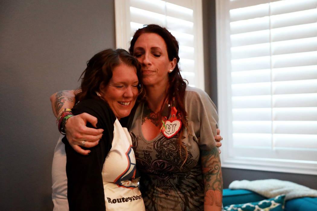 La sobreviviente de la Ruta 91 Mindy Foster abraza a Jennifer Holub, otra superviviente, después de recibir un cheque de Route 91 Strong en Las Vegas el domingo 25 de febrero de 2018. Andrea Corn ...