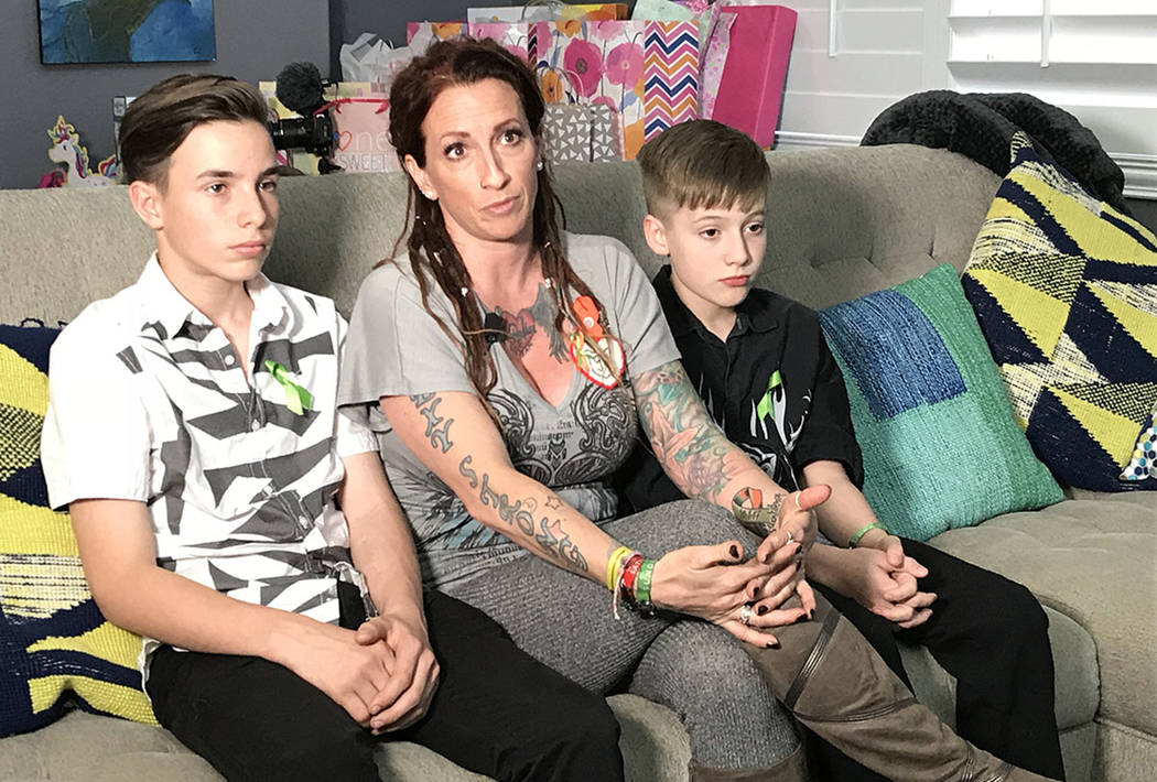 La superviviente de Las Vegas Mindy Foster, de 42 años, con sus hijos, Trenton Lapetina, 15, izquierda, y Treydon Lapetina, 12, discute el alivio que siente que el dinero le llegue, en una reside ...