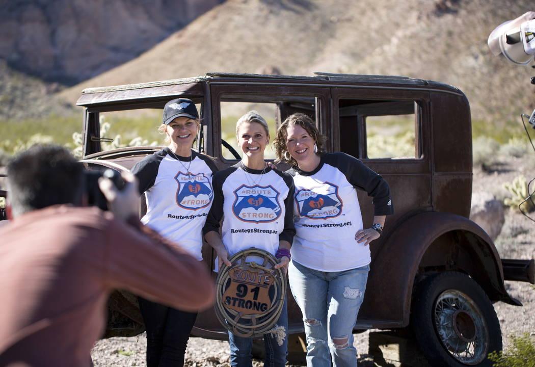 Los supervivientes de Route 91 Harvest, Christine Caria, desde la izquierda, Lisa Fine y Jennifer Holub posan durante una sesión de fotos para sobrevivientes en la mina Eldorado Canyon en Nelson, ...
