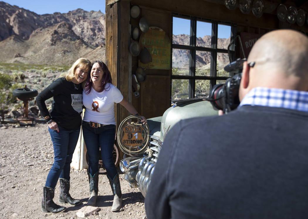 Sobrevivientes de Route 91 Harvest Tracy Pirtle, izquierda, y su hija, Kacey Martino, de Logandale, Nevada, comparten una sonrisa mientras posan durante una sesión de fotos para los sobreviviente ...
