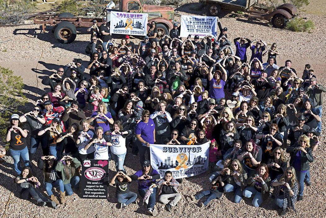 Los sobrevivientes del Route91 Harvest se reúnen para una foto grupal en la mina Eldorado Canyon en Nelson, Nevada, el domingo 25 de febrero de 2018. Richard Brian Las Vegas Review-Journal @ vega ...