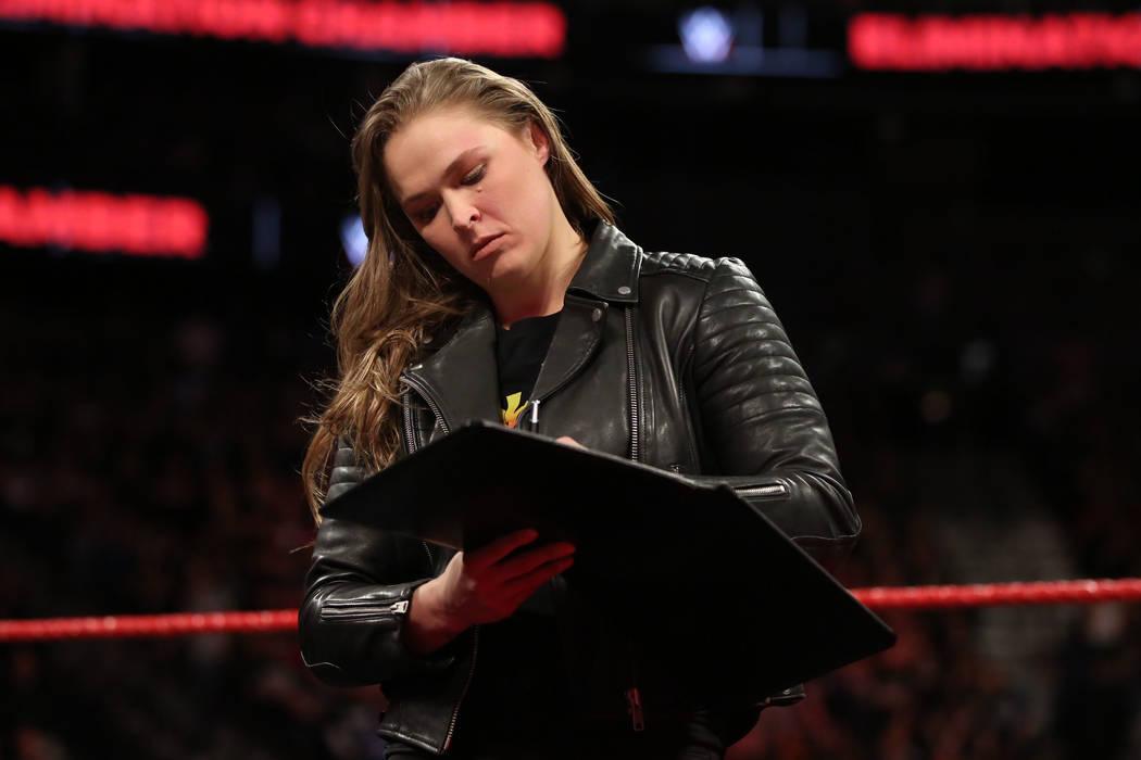 Ronda Rousey firmó su contrato de la WWE en la Arena T-Mobile el domingo. (WWE)