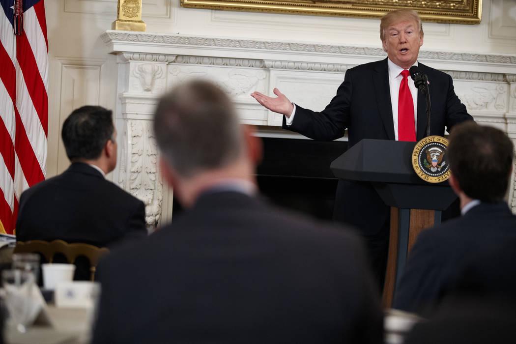 El presidente Donald Trump habla durante una reunión con los miembros de la Asociación Nacional de Gobernadores en el comedor estatal de la Casa Blanca, el lunes 26 de febrero de 2018 en Washing ...