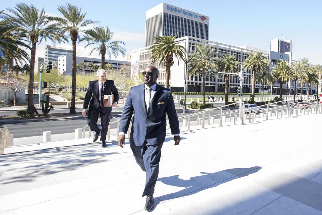 El ex concejal de Las Vegas Ricki Barlow se prepara para ingresar al Lloyd D George Courthouse en el centro de Las Vegas el lunes 26 de febrero de 2018. (Richard Brian / Las Vegas Review-Journal)  ...