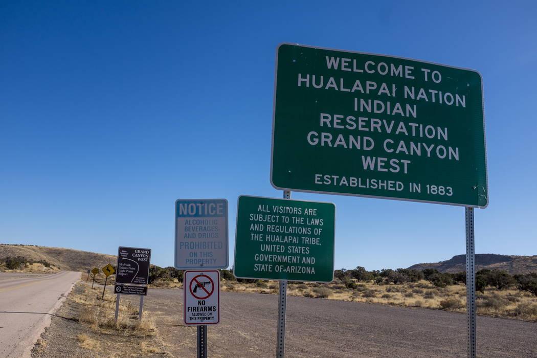 Señales a la entrada del Gran Cañón del Oeste y la Reserva Indígena de la Nación Hualapai en Arizona el domingo 11 de febrero de 2018. (Patrick Connolly Las Vegas Review-Journal) @PConnPie