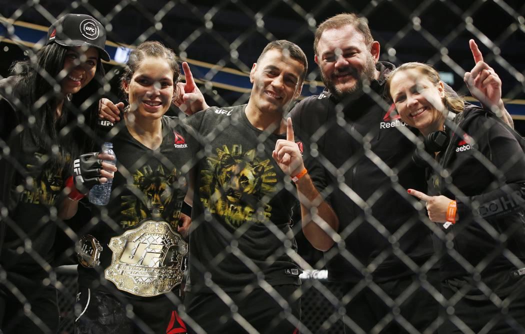 9 de septiembre de 2017; Edmonton, Alberta, Canadá; Amanda Nunes (guantes rojos) pelea contra Valentina Shevchenko (guantes azules) durante el UFC 215 en Rogers Place. Crédito obligatorio: Perry ...