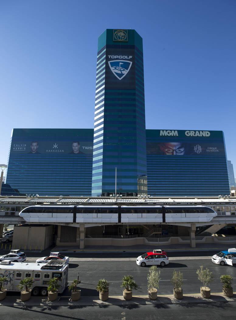 El Las Vegas Monorail sale del MGM Grand el viernes, 15 de diciembre de 2017. Richard Brian Las Vegas Review-Journal @vegasphotograph
