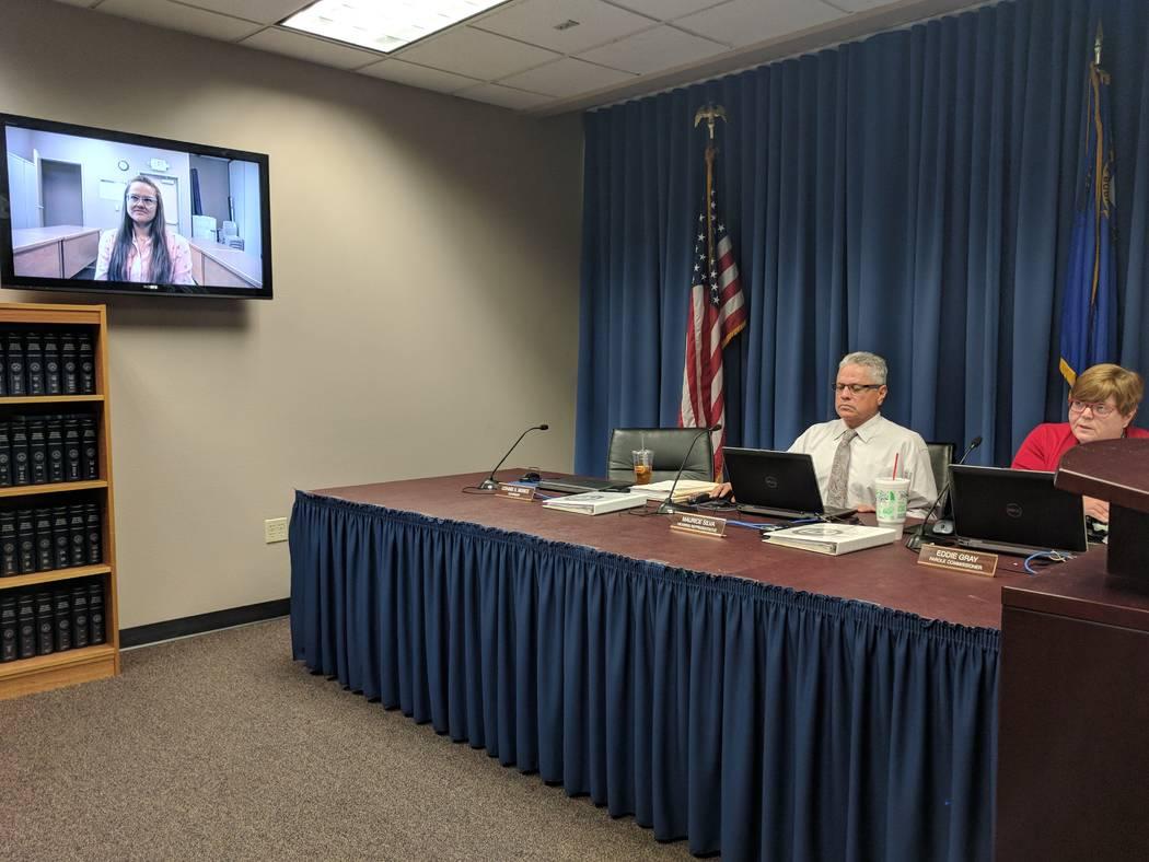 Jessica Williams, izquierda, testificó a través de una videoconferencia el 27 de febrero de 2018 frente a los miembros del Consejo de Libertad Condicional de la Junta de Representantes de Nevada ...