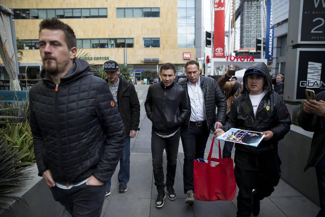 """Gennady Golovkin llega para una conferencia de prensa en LA Live en Los Angeles, California, el martes 27 de febrero de 2018. Golovkin estará peleando con Saúl """"Canelo"""" Álvarez por una revancha ..."""