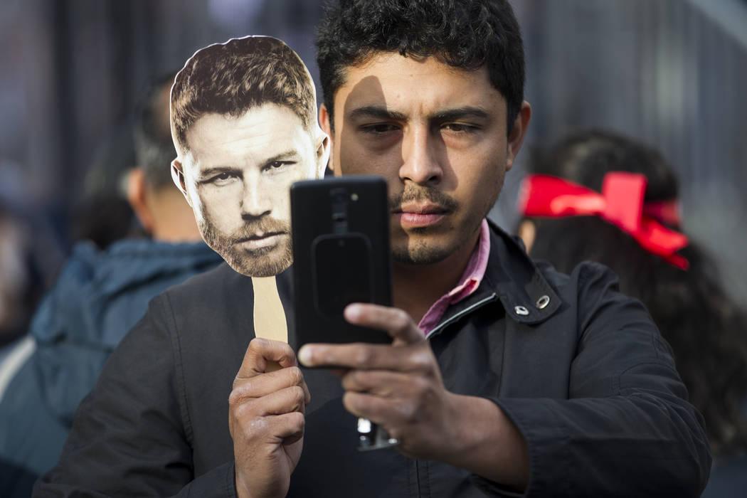 """Vicente Mijares de México toma una foto con un corte de cara de Saúl """"Canelo"""" Álvarez durante una conferencia de prensa de boxeo en Microsoft Square en Los Ángeles, California, el martes 27 de ..."""