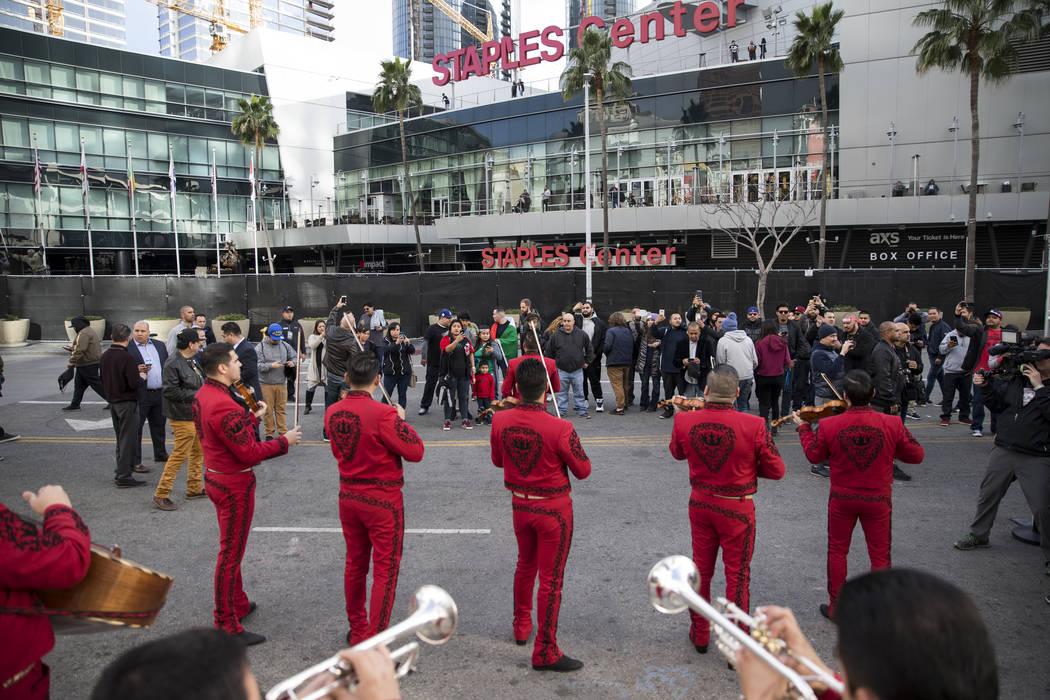 """La gente mira un mariachi presentarse durante una conferencia de prensa para la próxima pelea de boxeo entre Gennady Golovkin y Saúl """"Canelo"""" Álvarez en el Microsoft Square en Los Ángeles, Cal ..."""