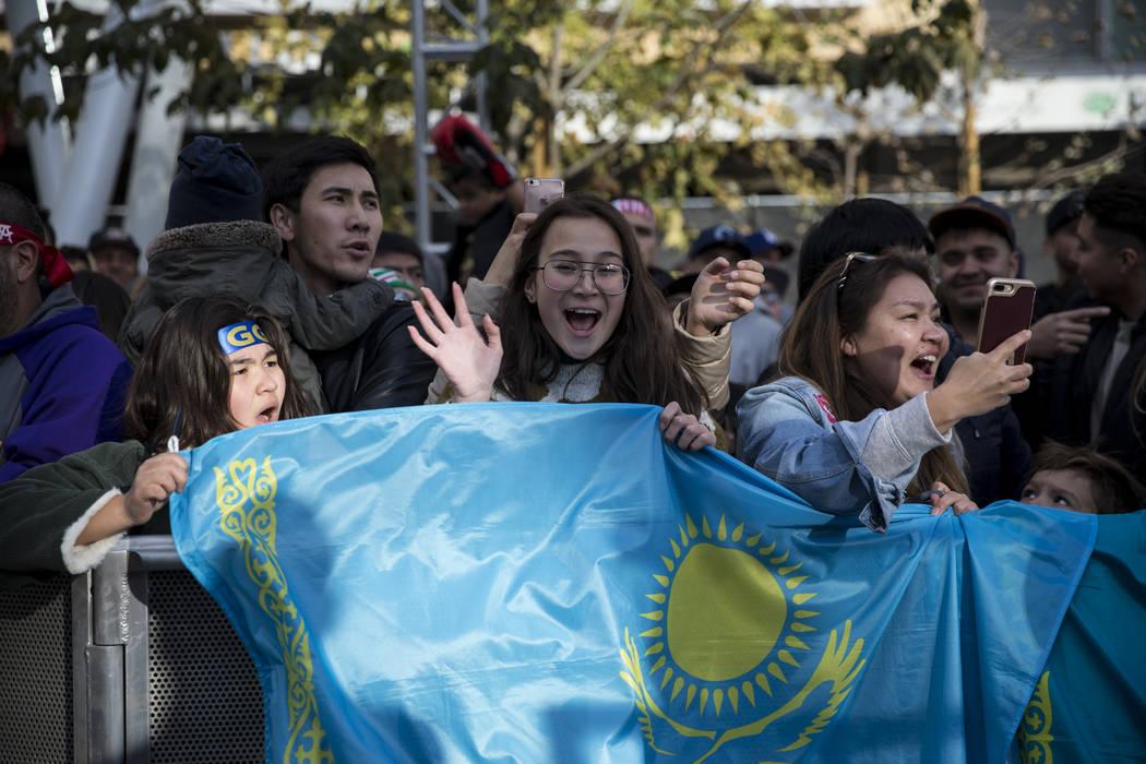 Sagida Aitkhozhina, de 13 años, desde la izquierda, con su amiga Anelya Kutzhan, de 13 años, y la madre de Kutzhan, Aliya Makasheva, animan a Gennady Golovkin durante una conferencia de prensa e ...