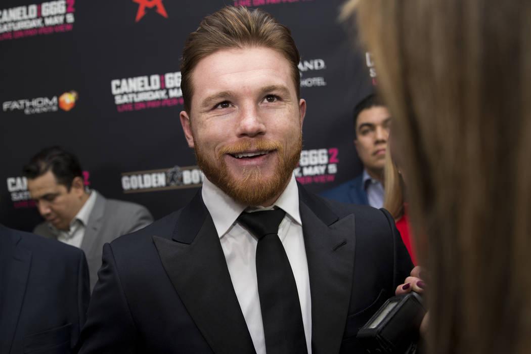 """Saúl """"Canelo"""" Álvarez, del centro, es entrevistado durante una conferencia de prensa de boxeo en L.A. Live en Los Angeles, California, el martes 27 de febrero de 2018. Erik Verduzco Las Vegas Re ..."""