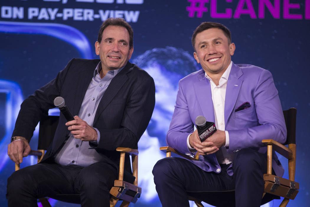 El promotor de boxeo Tom Loeffler, izquierda, y el boxeador Gennady Golovkin, durante una conferencia de prensa en el Microsoft Square en Los Angeles, California, el martes, 27 de febrero de 2018. ...