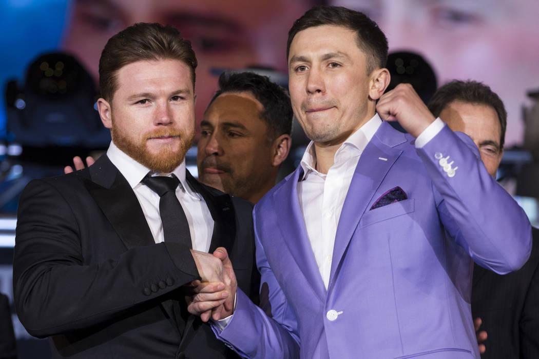"""Boxeadores Saúl """"Canelo"""" Álvarez, izquierda, y Gennady Golovkin, derecha, durante su conferencia de prensa con el promotor de boxeo Oscar De La Hoya, en el Microsoft Square en Los Angeles, Calif ..."""