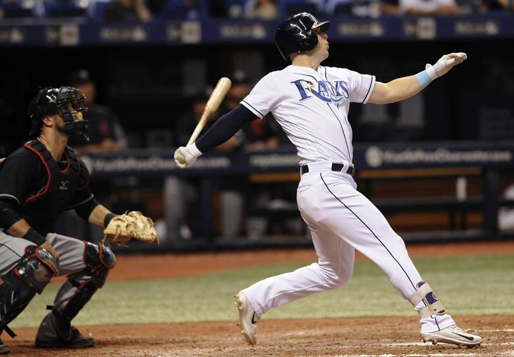 ARCHIVO.- Corey Dickerson de los Cohetes de Tampa Bay mira su jonrón de tres carreras ante el relevista indio Nick Goody durante la octava entrada de un partido de béisbol el jueves 10 de agosto ...