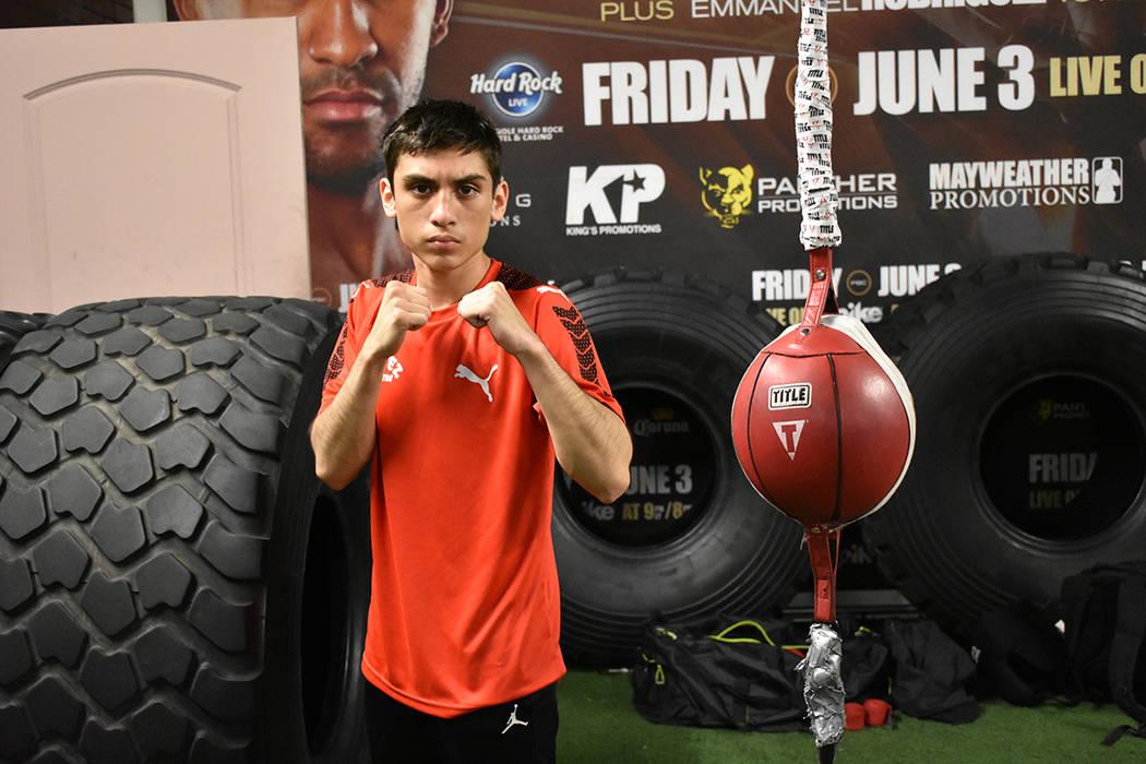 Omar Terrones hace ejercicios de calentamiento previo a su pelea. Sábado 24 de febrero en City Boxing Club. Foto Anthony Avellaneda / El Tiempo.