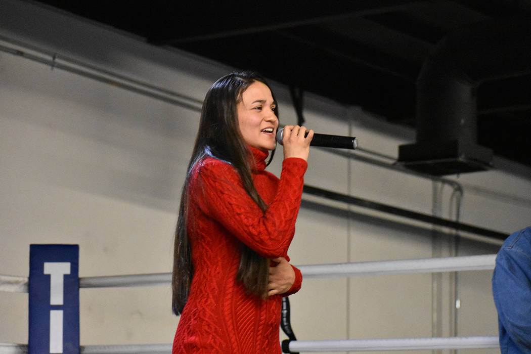Cynthia Ríos interpretó los himnos nacionales de EE.UU. y México. Sábado 24 de febrero en City Boxing Club. Foto Anthony Avellaneda / El Tiempo.