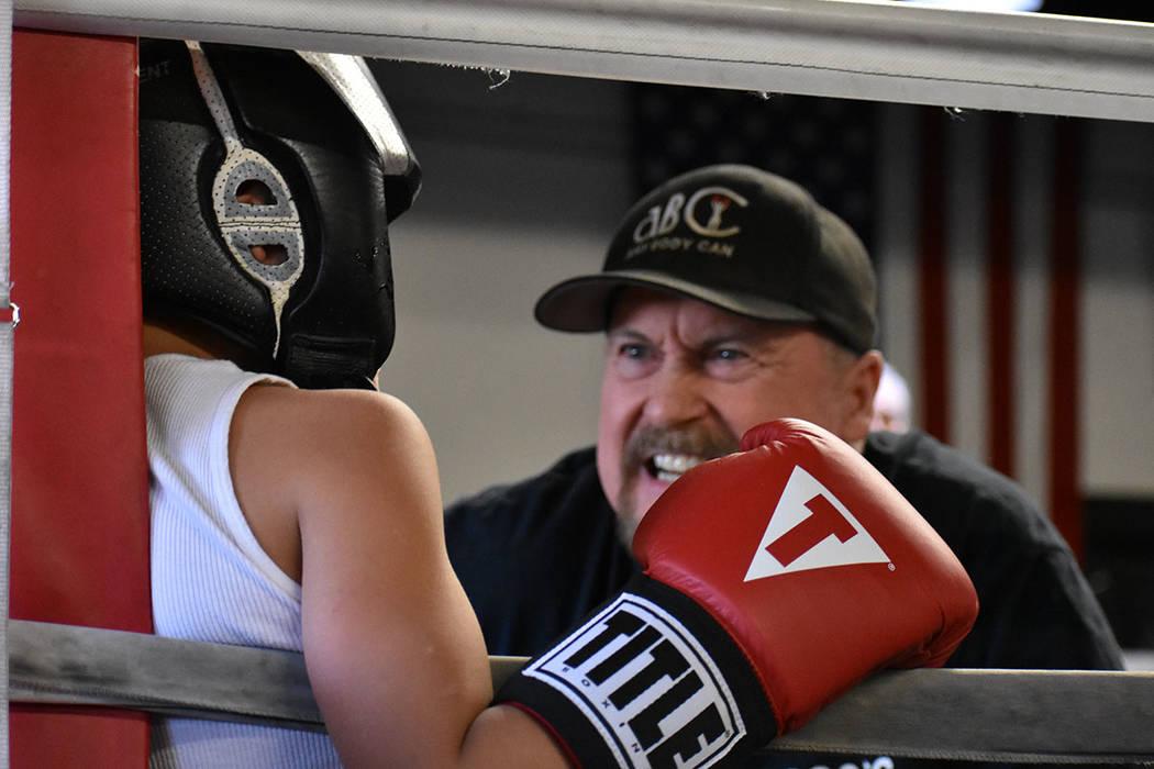 Los entrenadores alientan a sus pupilos en cada minuto del combate. Sábado 24 de febrero en City Boxing Club. Foto Anthony Avellaneda / El Tiempo.