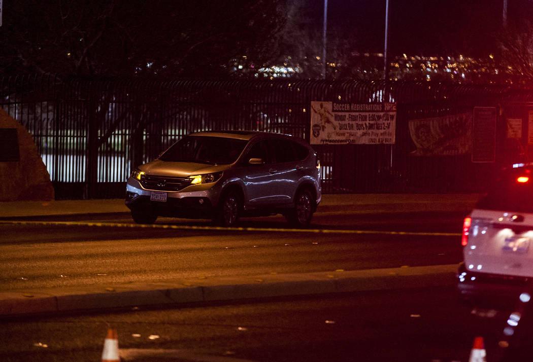 Una Honda CR-V tiene sus luces intermitentes en la escena de un accidente donde murió un menor cerca de la intersección de South Durango Drive y la carretera West Spring Mountain Road en Las Veg ...