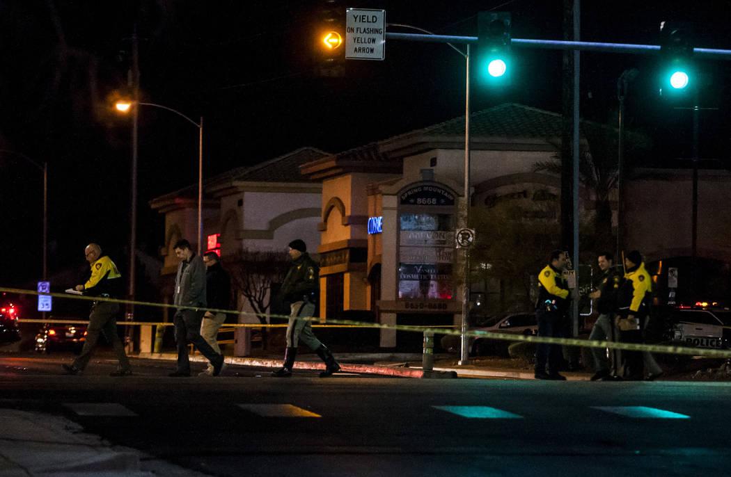 El Departamento de Policía Metropolitana investiga la escena de un accidente donde murió un menor cerca de la intersección de South Durango Drive y la carretera West Spring Mountain en Las Vega ...