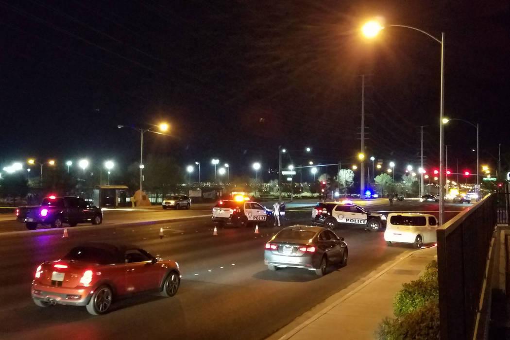 La policía de Las Vegas responde a la escena de un accidente fatal cerca del Parque de Patinaje Desert Breeze en Las Vegas el miércoles 28 de febrero de 2018. (Mike Shoro / Las Vegas Review-Journal)