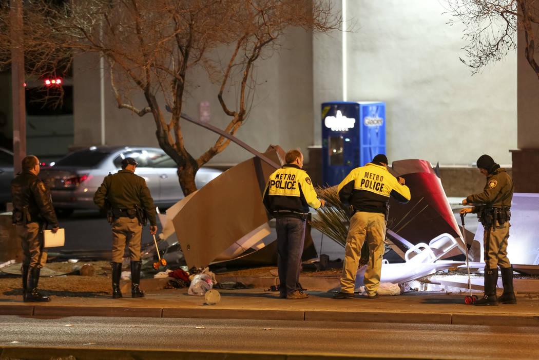 La policía de Las Vegas investiga después de que un autobús se estrelló en una parada de autobús matando a una mujer cerca de la intersección de la avenida Eastern y la carretera Desert Inn  ...