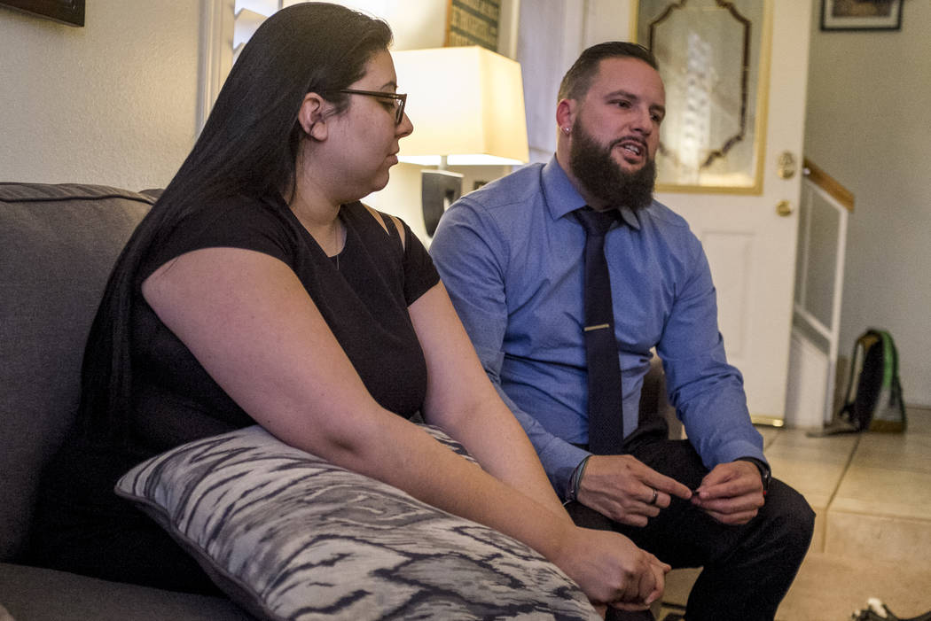 William King, un superviviente del tiroteo del festival Route 91 Harvest, habla sobre el tiroteo con su prometida Kimberly King en su casa de Summerlin el miércoles 31 de enero de 2018. Patrick C ...