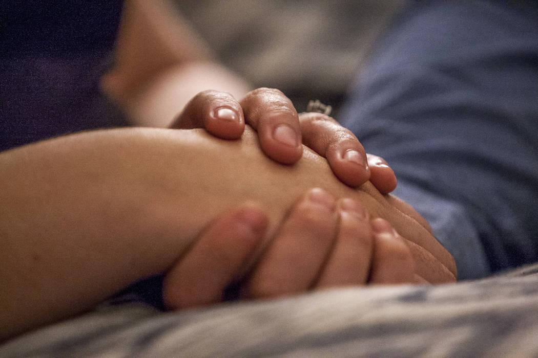 William King, un superviviente del tiroteo del festival Route 91 Harvest, se da la mano con su prometida Kimberly King en su casa de Summerlin el miércoles 31 de enero de 2018. Patrick Connolly L ...
