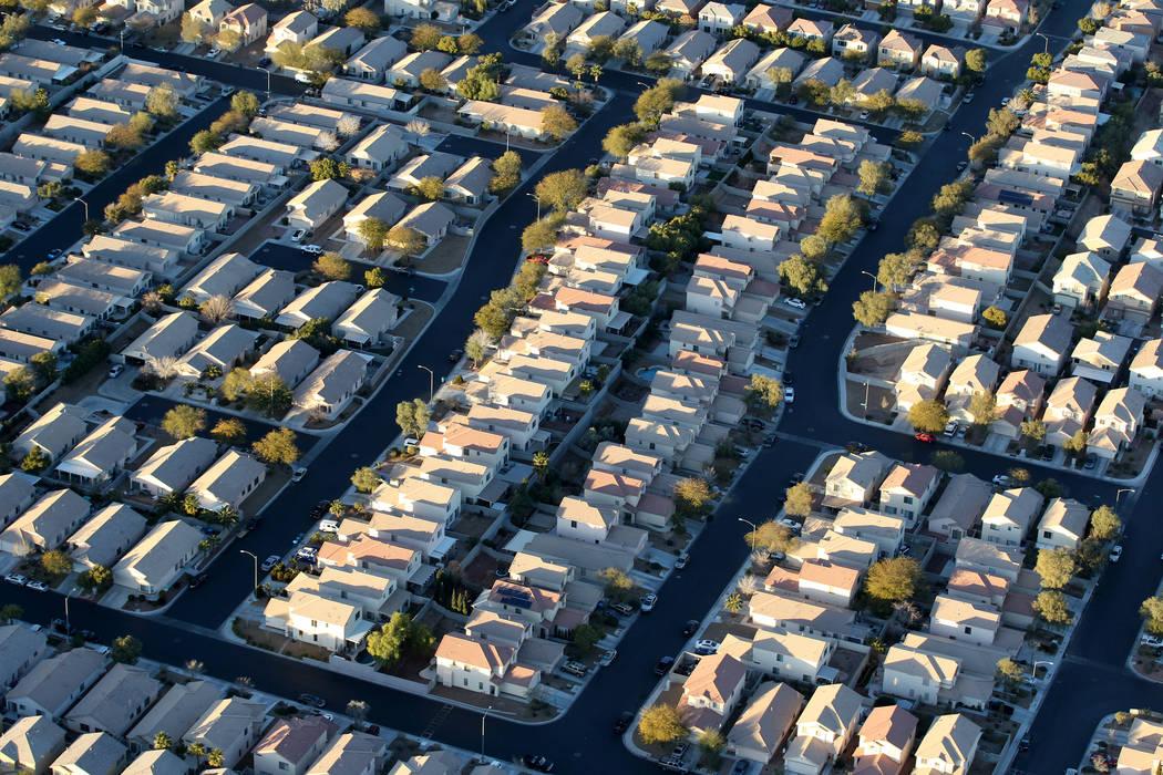 Las casas del suroeste de Las Vegas se ven desde un globo aerostático durante un vuelo temprano en la mañana del miércoles 24 de enero de 2018. K.M. Cannon Las Vegas Review-Journal @KMCannonPhoto