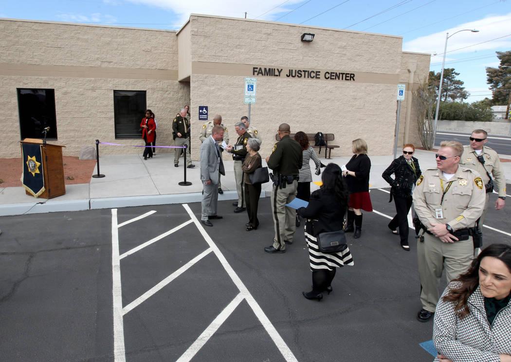 Empleados del Departamento de Policía Metropolitana y funcionarios electos se reúnen para la apertura del Centro de Justicia Familiar del Sur de Nevada y la reubicación del Centro de Evaluació ...