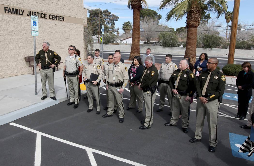 Los oficiales y empleados del Departamento de Policía Metropolitana se reúnen para la apertura del Centro de Justicia Familiar del Sur de Nevada y la reubicación del Centro de Evaluación Juven ...