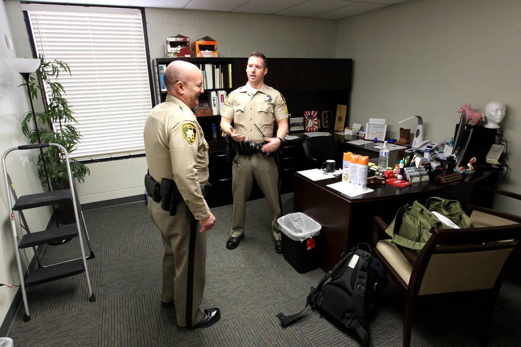 Sargento Del Departamento de Policía Metropolitana: Ransom Beza, derecha, y el teniente Bret Ficklin en la oficina de Beza en el Centro de Justicia Familiar del Sur de Nevada en 861 N. carretera  ...