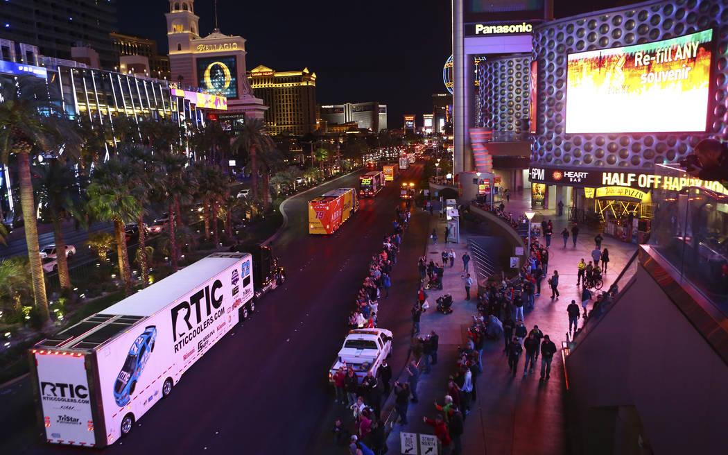 El transportista de Cole Whitt (72) desfila por Las Vegas Strip cerca de la carretera Harmon antes de la Copa NASCAR Monster Energy en Las Vegas el jueves 1 de marzo de 2018. Chase Stevens Las Veg ...