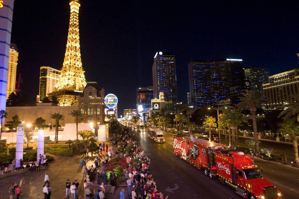 Una muchedumbre rodea el Strip de Las Vegas cerca de la calle Flamingo durante el desfile semi formal de la NASCAR de dúmperes, con el acarreador de carreras No. 29 Bud del conductor Kevin Harvic ...