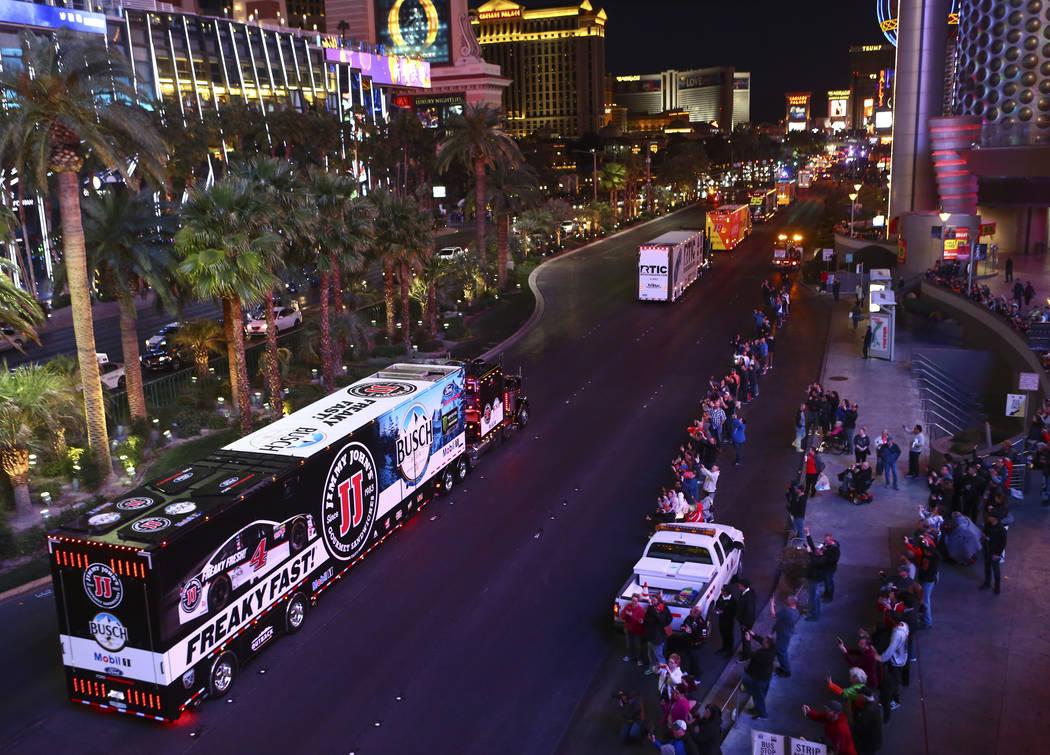 El transportista de Kevin Harvick (4) desfila por Las Vegas Strip cerca de la carretera Harmon antes de la Copa NASCAR Monster Energy en Las Vegas el jueves 1 de marzo de 2018. Chase Stevens Las V ...