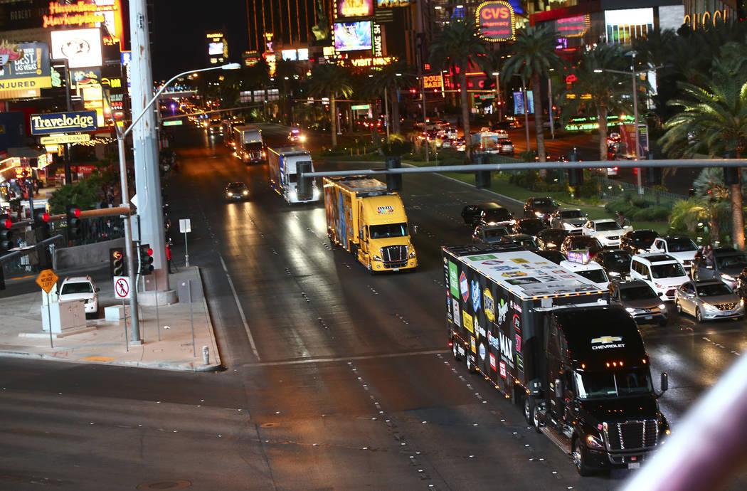 Los transportistas de Chris Buescher (37) y Kyle Busch (18) desfilan por Las Vegas Strip cerca de la carretera Harmon antes de la Copa NASCAR Monster Energy en Las Vegas el jueves 1 de marzo de 20 ...