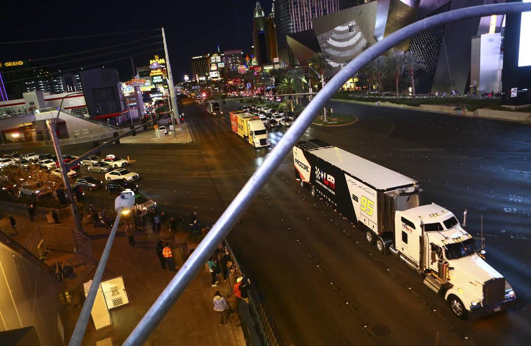 El transportista de Kasey Kahne (95) desfila por Las Vegas Strip cerca de la carretera Harmon antes de la Copa NASCAR Monster Energy en Las Vegas el jueves 1 de marzo de 2018. Chase Stevens Las Ve ...