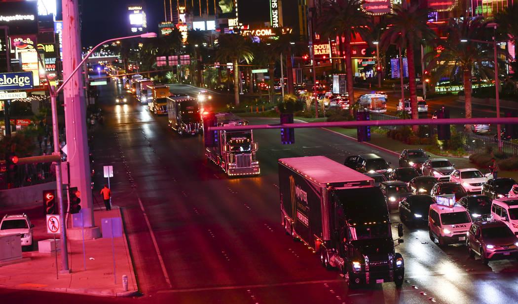 Los transportistas desfilan por el Strip de Las Vegas Strip cerca de la carretera Harmon antes de la Copa NASCAR Monster Energy en Las Vegas el jueves 1 de marzo de 2018. Chase Stevens Las Vegas R ...