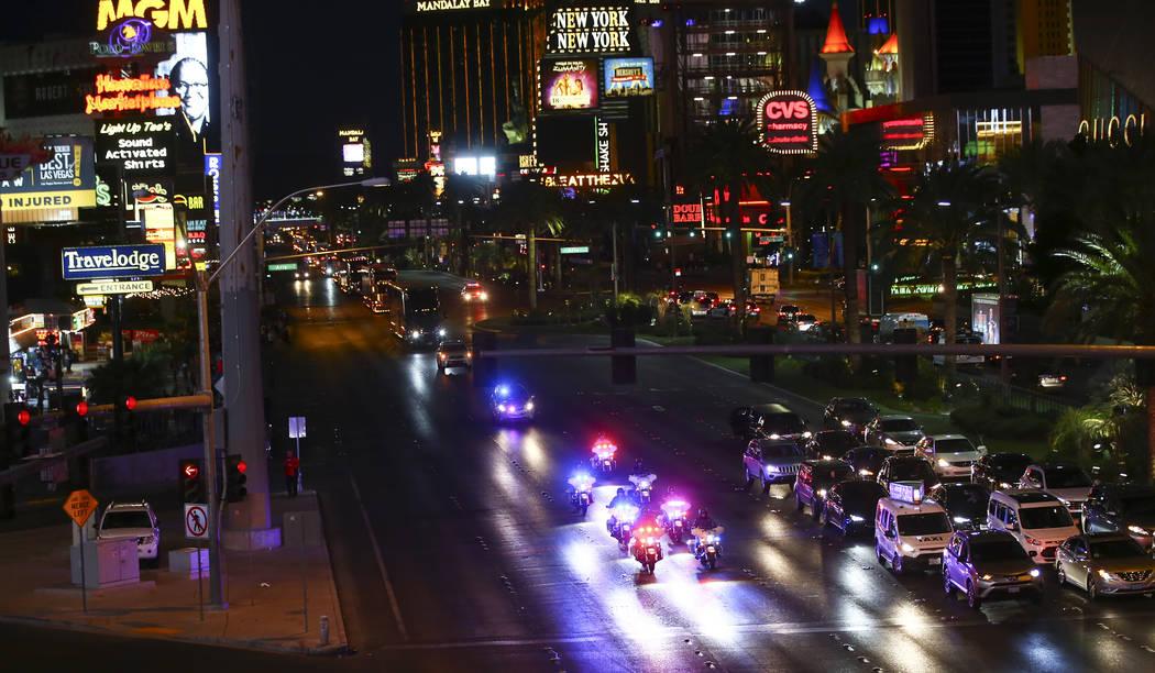 Los oficiales de policía de Las Vegas lideran el camino mientras los transportistas desfilan por Las Vegas Strip cerca de la carretera Harmon antes de la Copa NASCAR Monster Energy en Las Vegas e ...