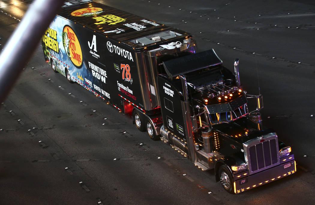El transportista de Martin Truex Jr. (78) desfila por el Strip de Las Vegas cerca de la carretera Harmon antes de la Copa NASCAR Monster Energy en Las Vegas el jueves 1 de marzo de 2018. Chase Ste ...